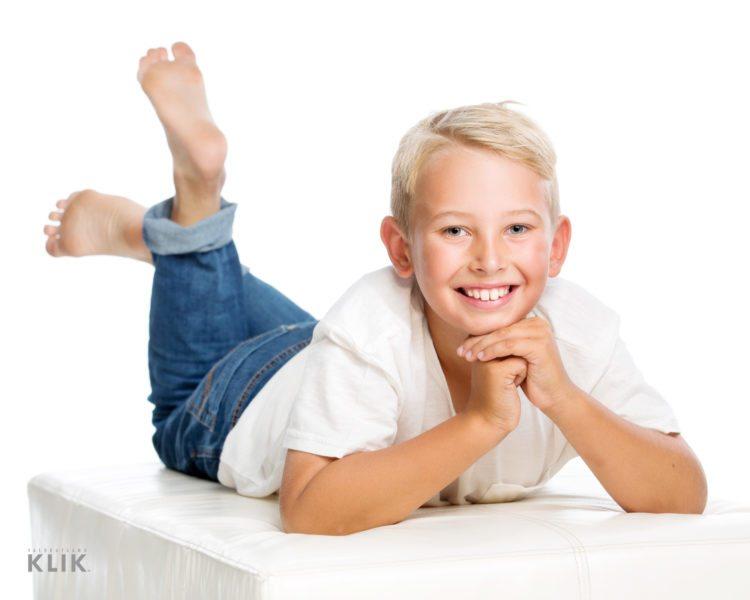 Iloinen kouluikäinen poika