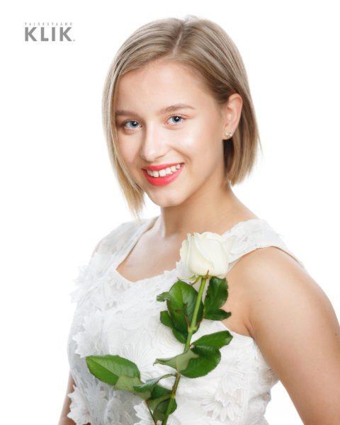 rippikuva valkoisella mekolla