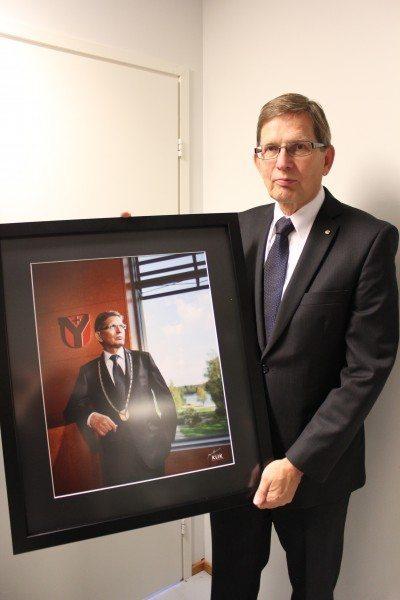 Kuva luovutettiin Pentille Ylöjärven Uutisten toimituksessa samalla kun hän sai arvostetun maakunnallisen Antti -palkinnon